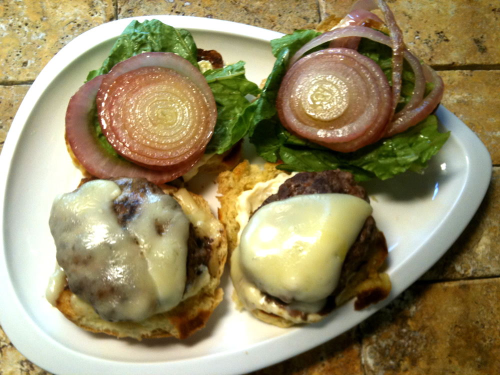 Hamburgers with garlic mayonnaise marinated red onions for Cuisine minuscule